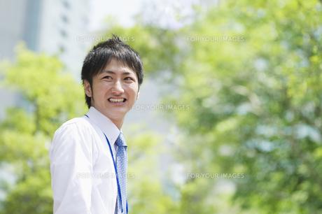 笑顔のビジネスマン FYI00941498