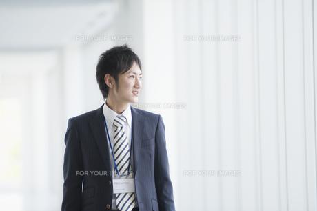 遠くを見つめるビジネスマン FYI00941500