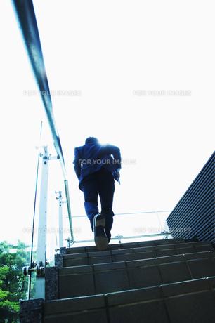 階段を上るビジネスマン FYI00941528