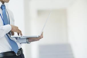 ノートパソコンを操作するビジネスマン FYI00941529
