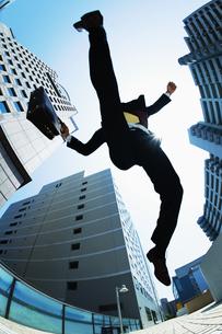 ジャンプするビジネスマン FYI00941537