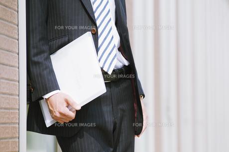 ファイルを持つビジネスマン FYI00941549