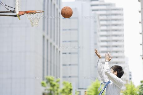 バスケットのシュートをするビジネスマン FYI00941564