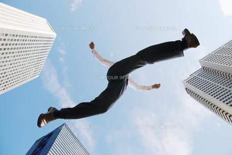 ジャンプするビジネスマン FYI00941604