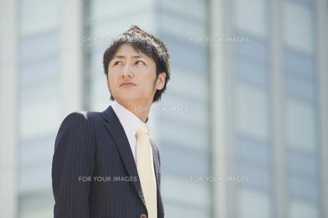 見上げるビジネスマン FYI00941610