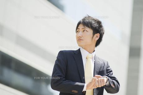 見上げるビジネスマン FYI00941618