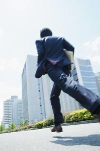 オフィス街を走るビジネスマン FYI00941652