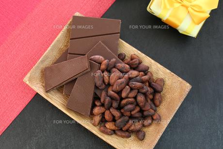 カカオ豆とチョコレート FYI00942898