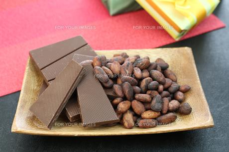 カカオ豆とチョコレート FYI00942899