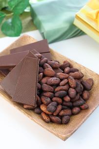カカオ豆とチョコレート FYI00942902