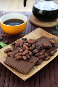 カカオ豆とチョコレート FYI00942903