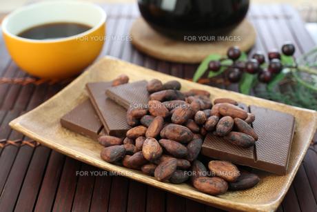 カカオ豆とチョコレート FYI00942904