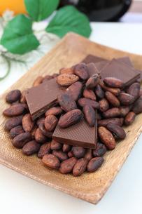 カカオ豆とチョコレート FYI00942905