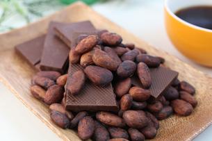 カカオ豆とチョコレート FYI00942907