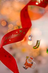 サンタと赤いリボン クリスマスイメージの素材 [FYI00943856]