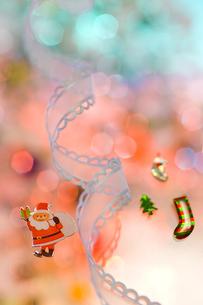 サンタと白いリボン クリスマスイメージの素材 [FYI00943919]