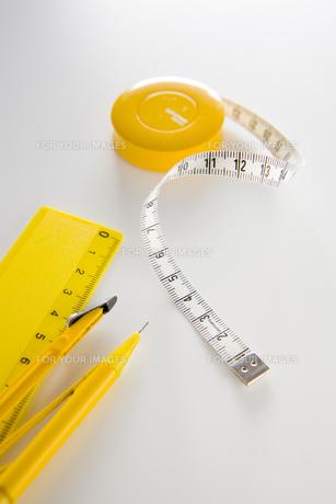 黄色いメジャーと定規とペンの素材 [FYI00943938]
