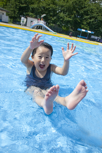 プールで遊ぶ男の子 FYI00943980