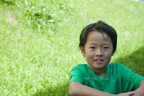 芝生に坐る少年 FYI00944484