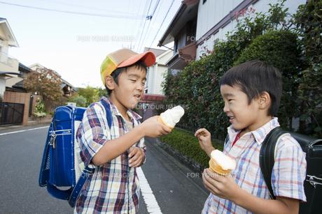 アイスクリームを食べる小学生 FYI00944642