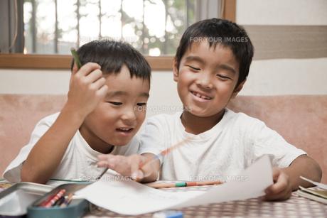 勉強をする二人の小学生 FYI00944647