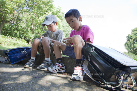 公園で座る小学生 FYI00944654