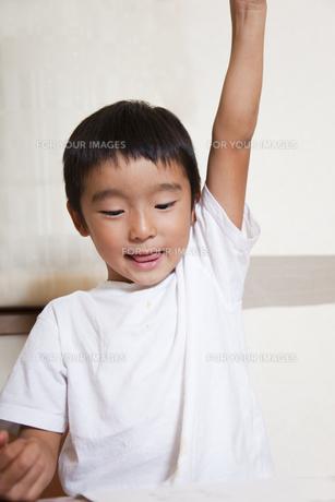 手をあげる男の子 FYI00944673