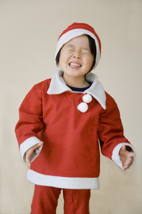 サンタの格好をした男の子 FYI00944680