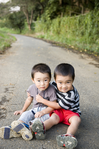 道路に座る男の子2人 FYI00944692