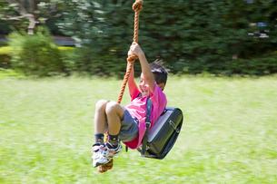 遊具で遊ぶ小学生の男の子 FYI00944731