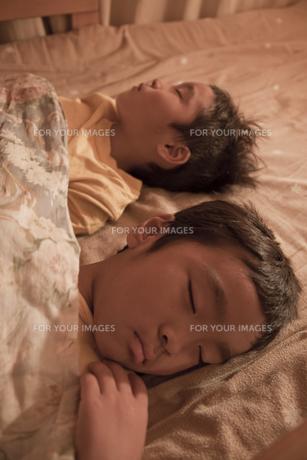 すやすやと眠る二人の男の子の寝顔の素材 [FYI00944895]