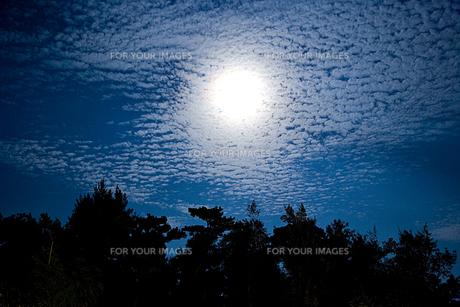 雲のかかった月の素材 [FYI00944977]