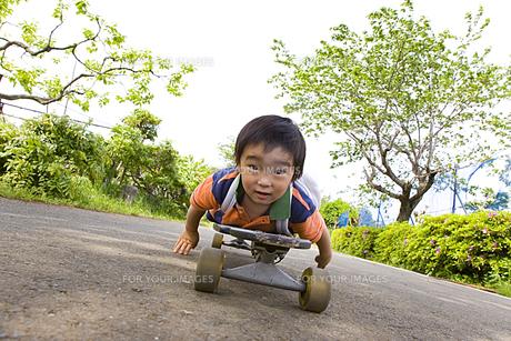 スケートボードに乗る男の子の素材 [FYI00944989]