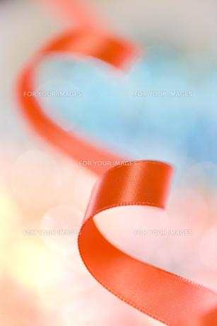赤いリボンの素材 [FYI00945014]