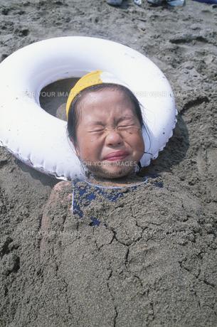 砂遊びをする女の子の素材 [FYI00945258]