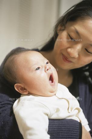 欠伸をする赤ん坊と母親の素材 [FYI00945291]
