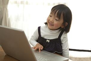 パソコンを見る少女の素材 [FYI00945311]