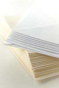 積み重ねた白と茶色の封筒の素材 [FYI00945335]