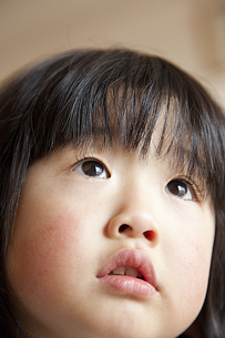 上を見る女の子 顔アップの素材 [FYI00945397]