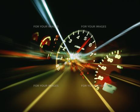 スピードメーターと流れる光 FYI00954353