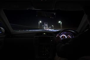 運転席と流れる夜景 FYI00956289