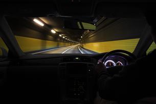 トンネルの中を走る車 FYI00956291