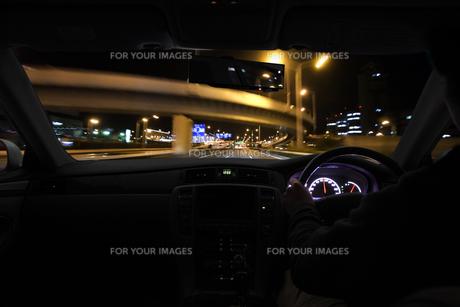 運転席と流れる夜景 FYI00956309