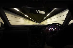 トンネルの中を走る車 FYI00956412