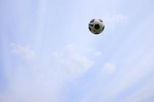 青空とサッカーボール FYI00957849
