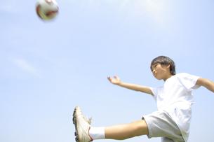 サッカーボールを蹴る男の子 FYI00957866