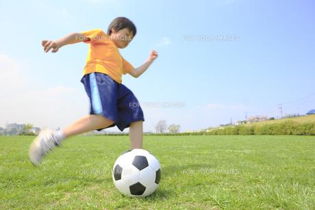 サッカーボールを蹴る子供 FYI00957893