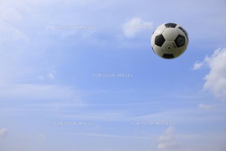 青空とサッカーボール FYI00957895