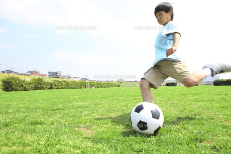 サッカーボールを蹴る子供 FYI00957904