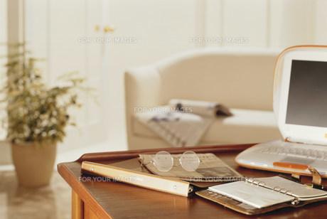 テーブルの上の手帳 FYI00959602